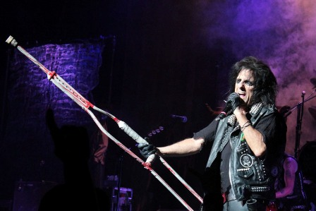 I'm eighteen: Alice Cooper at the Zénith in Toulouse