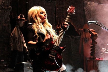 Orianthi and her Paul reed Smith Guitar - live with Alice Cooper