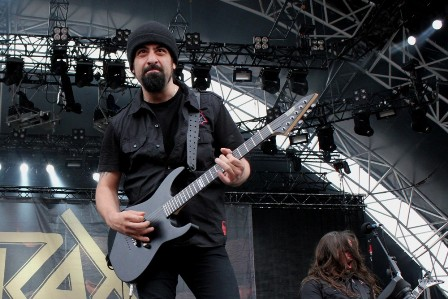 Rob Caggiano on guitars, live with Anthrax