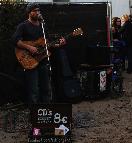 Rob Longstaff performing at Berlin's Mauerpark