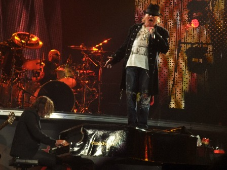 Moments before Axl fell from Dizzy's grand piano - Guns'n'Roses live in Paris