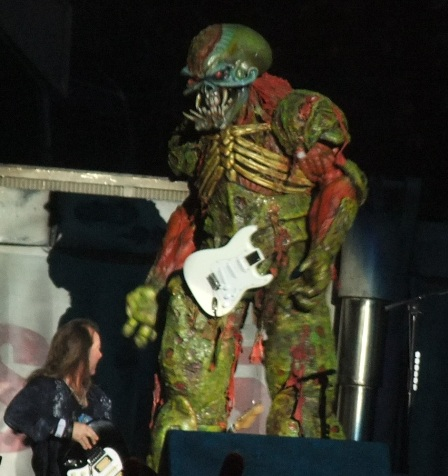 And Eddie broke his guitar! - Iron Maiden live in Valencia