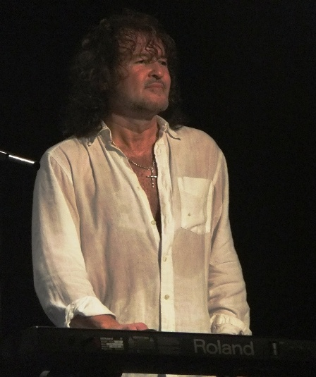 Darren Warthon on keyboards with Thin Lizzy live in Paris