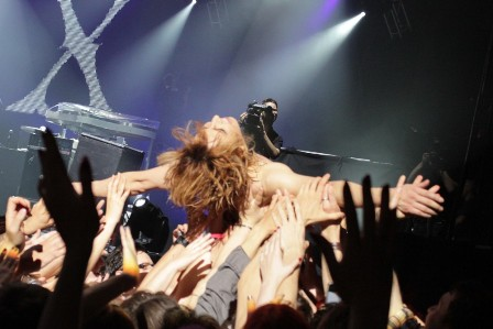 Yoshiki crowdsurfing - X Japan in Paris
